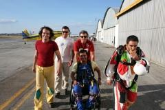 Preparação para salto queda livre tandem com pessoa tetraplegica
