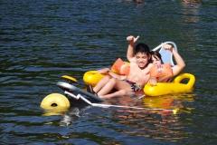 Banho de duas crianças na praia fluvial da Lousã utilizando o tiralô