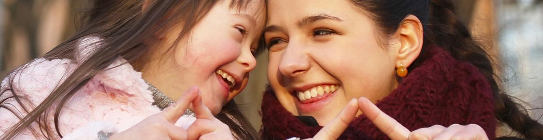 imagem com duas pessoas, uma das quais com Síndrome de Down