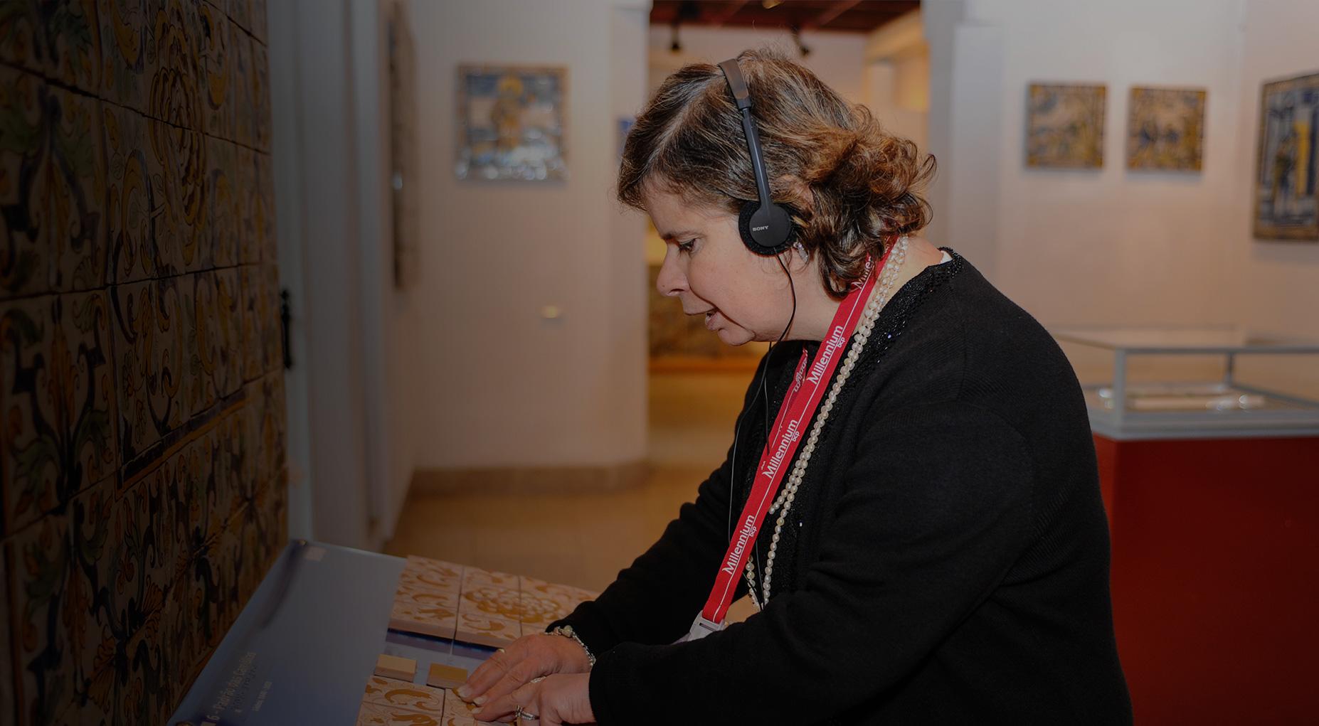 Imagem pessoa invisual com réplica táctil no museu
